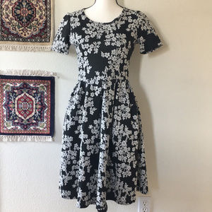 🌵LulaRoe Amelia Gray White Floral Dress